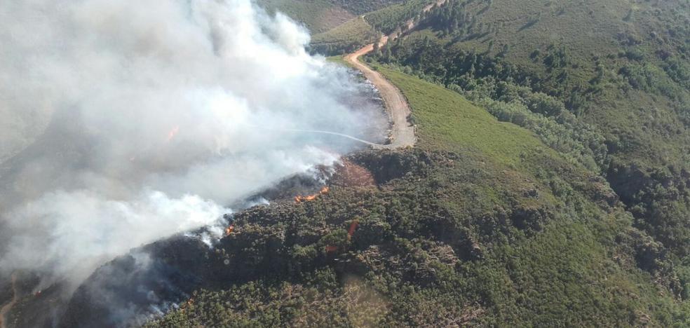 Los medios de extinción intervienen en un incendio forestal en San Pedro de Olleros