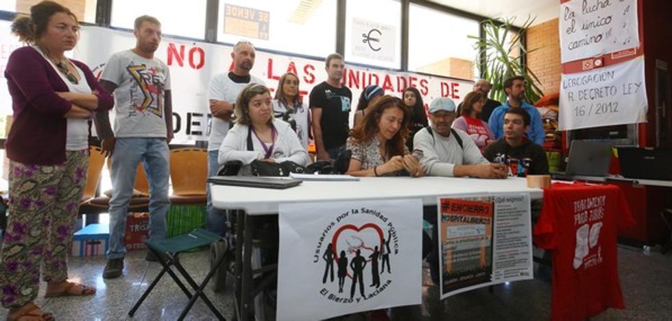 Los encerrados en el hospital denuncian la «pavisidad» del consejero y piden a los partidos que lleven a Cortes su lucha por la sanidad