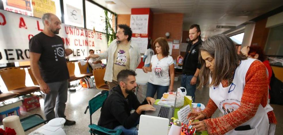 Los encerrados en el hospital animan a los usuarios a concentrarse contra «el robo de la sanidad»