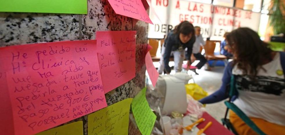 La Policía obliga a desalojar el encierro de Usuarios por la Sanidad en el Hospital del Bierzo