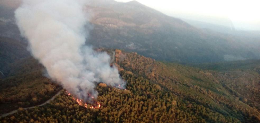 Medio centenar de efectivos trabajan para extinguir dos incendios en Berlanga y Las Médulas