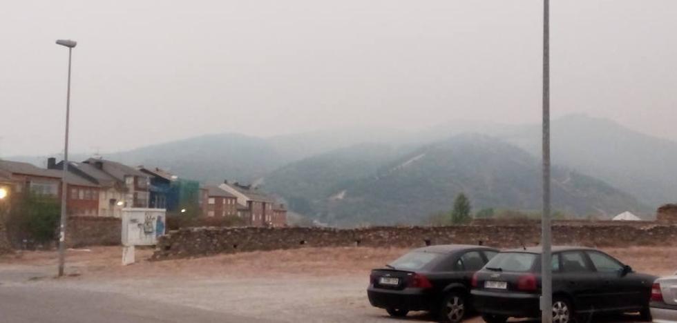 El Bierzo amanece bajo una intensa nube de humo y cenizas de los incendios de Galicia, Cabrera y Alto Sil