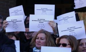 Los funcionarios de los juzgados de Ponferrada salen a la calle para exigir «retribuciones y condiciones dignas»