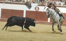 León se rinde a la tradición taurina en la corrida de rejones