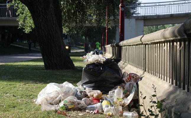 Los servicios de limpieza retiran 60 metros cúbicos de residuos tras una «tranquila» Noche de San Juan