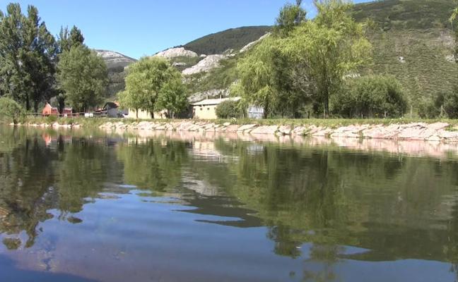 Una piscina con agua de montaña, en Valdelugueros