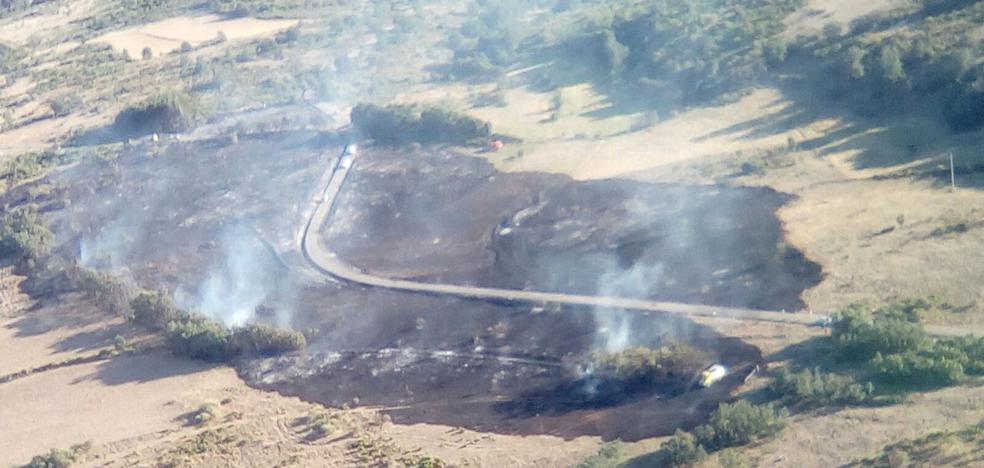 Dos incendios en Riello y Cacabelos calcinan más de 14 hectáreas de matorral