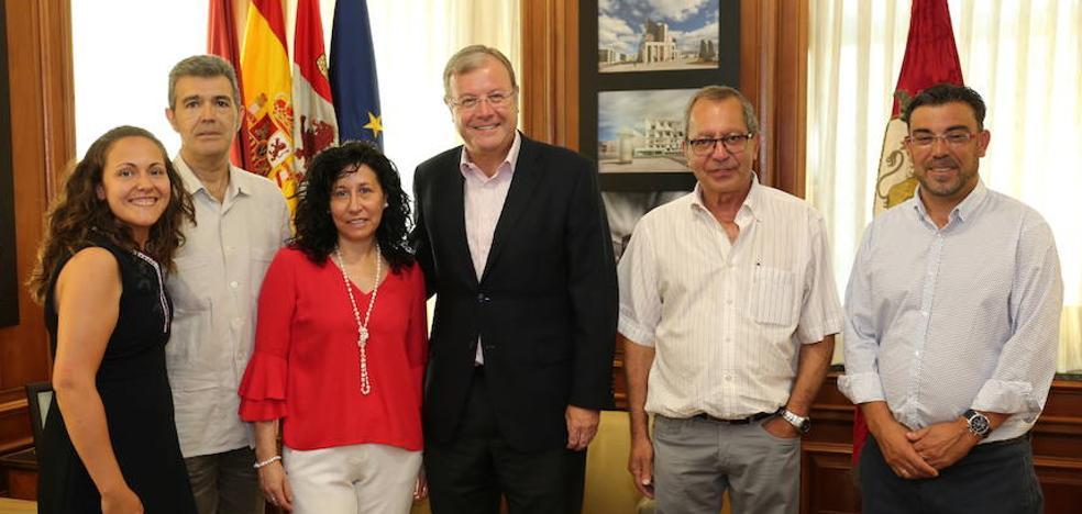 El alcalde recibe a la nueva Junta Directiva de la Asociación de Alcohólicos Rehabilitados de León
