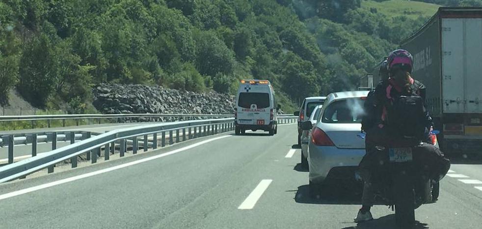 El aparatoso incendio de un vehículo mantiene cortado al tráfico 40 minutos la autopista del Huerna sentido León