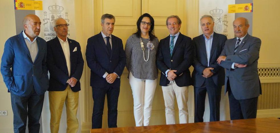 La subdelegada Teresa Mata asegura a la nueva cúpula de la Cámara de Comercio que cuenta con el total apoyo del Gobierno de España