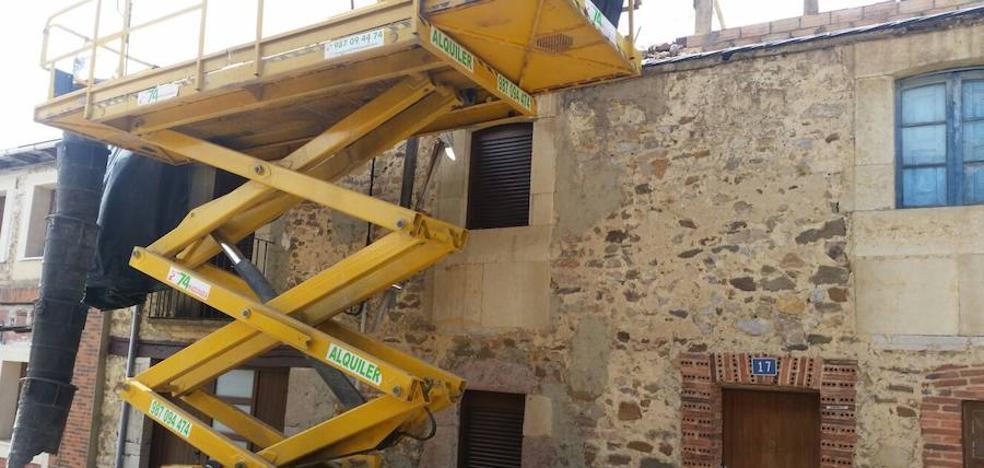 Dos hombres resultan heridos al caer de un tejado en La Valcueva
