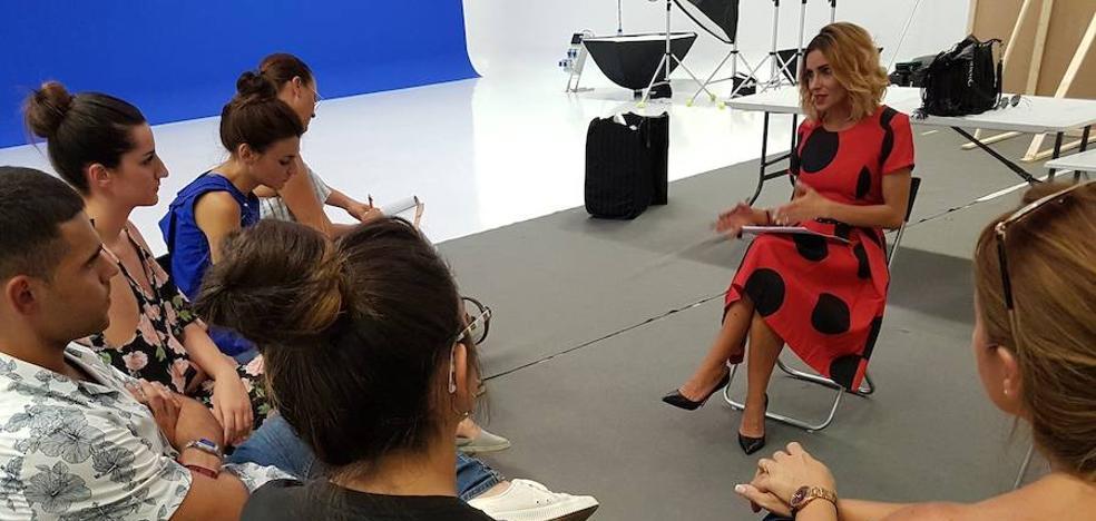 Beatriz Jarrín depierta el interés por su profesión en alumnos de la moda