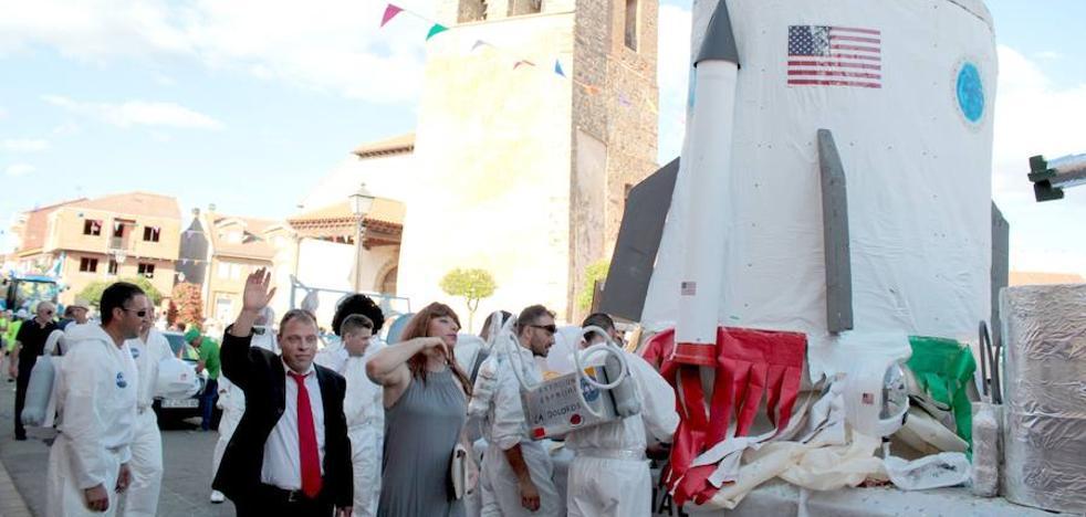 Trump y la NASA conquistan Santa Marina del Rey con su carroza cohete