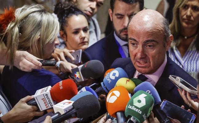 De Guindos descarta una «escabechina» de plantilla por la fusión de Bankia y BMN