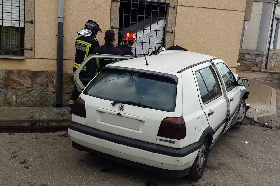 Así fue como un coche se empotró contra una casa en Matilla de la Vega