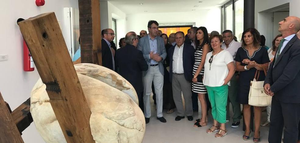 Juan Martínez Majo inaugura en el Centro de Interpretación del Clima de La Vid la exposición 'Estratos Fracturados' organizada por el ILC