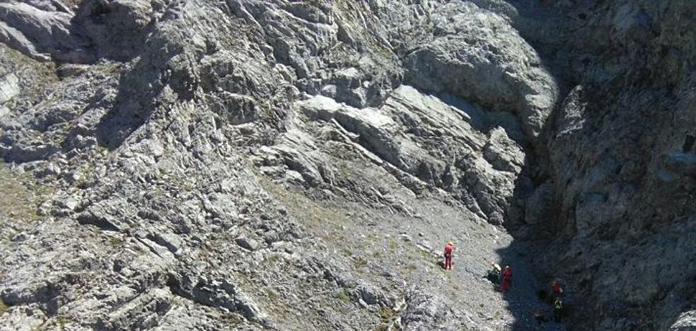 Rescatado el cuerpo sin vida de un montañero tras despeñarse en la cima del Peña Ubiña