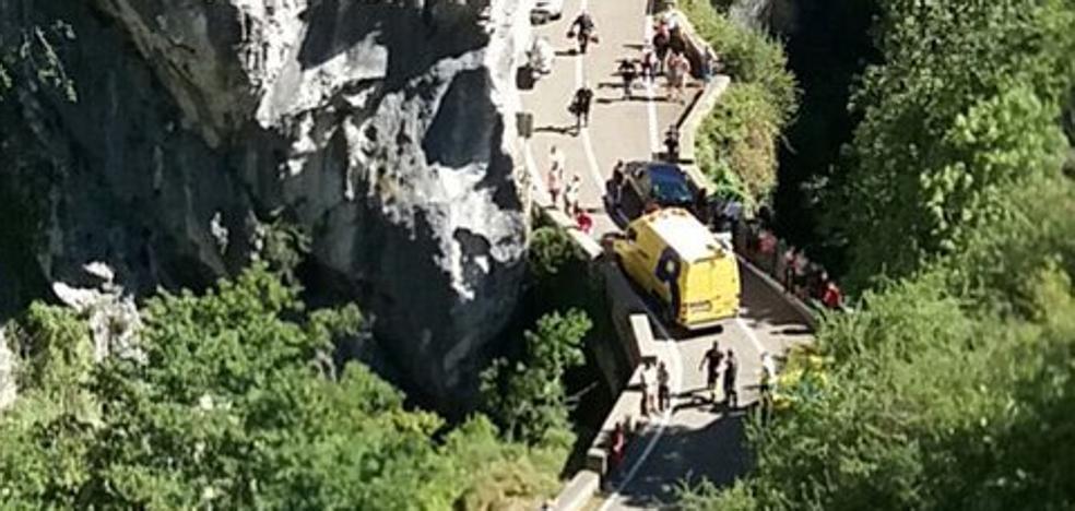 Una mujer de 75 años resulta herida al colisionar contra un puente en Oseja de Sajambre