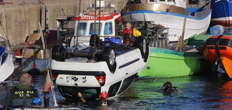 Fallece un pescador al caer su coche al agua en Gijón