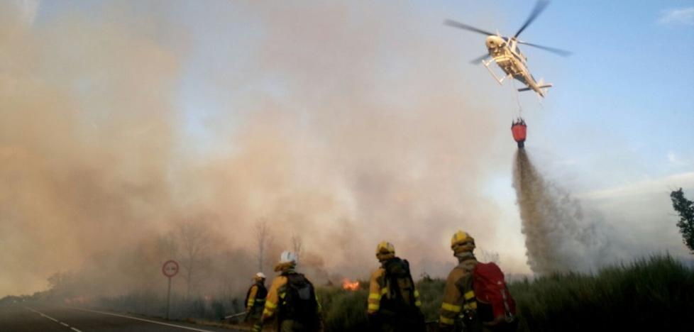 Efectivos terrestres y aéreos trabajan en la extinción de un incendio en Quintanilla del Castillo