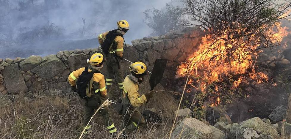 La Junta moviliza más de 40 personas en la extinción de dos incendios forestales en Portugal