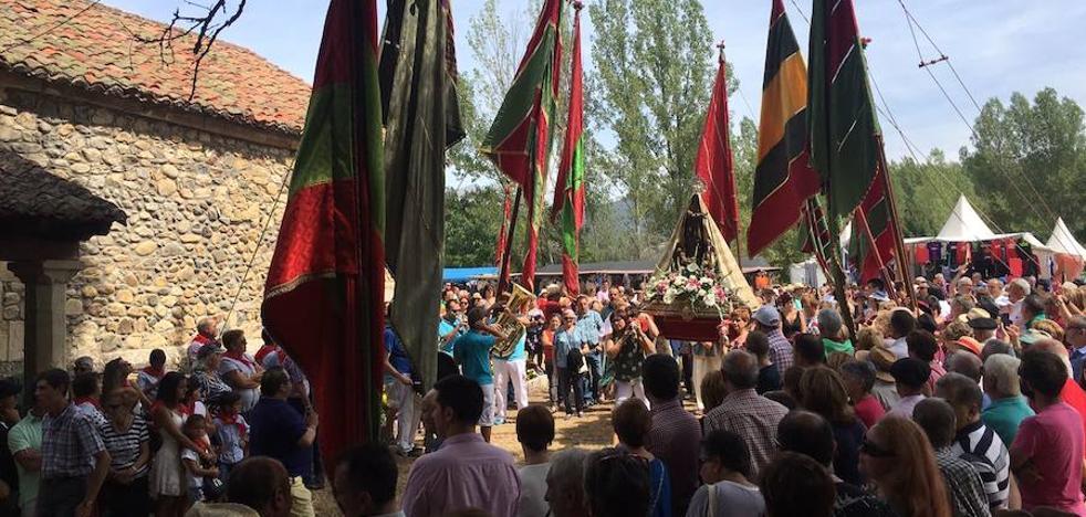 Los pendones vuelve a escoltar a la Virgen de Boinas hasta su ermita