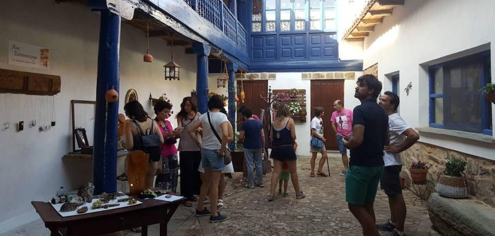 Los patios maragatos de Santa Colomba de Somoza acogen la I Feria de Artes y Oficios con 35 puestos y un «gran éxito»