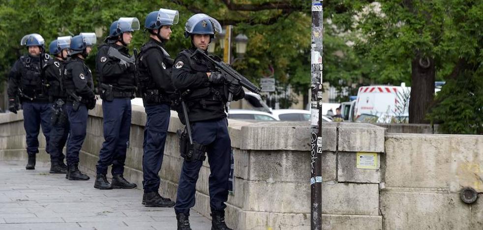 La Policía francesa mata a un hombre tras herir a dos agentes con un cuchillo en Loiret