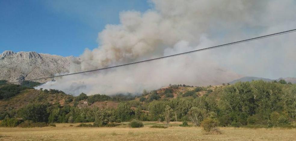 Declarado el nivel 1 de alerta en el incendio forestal que amenaza las Hoces de Vegacervera