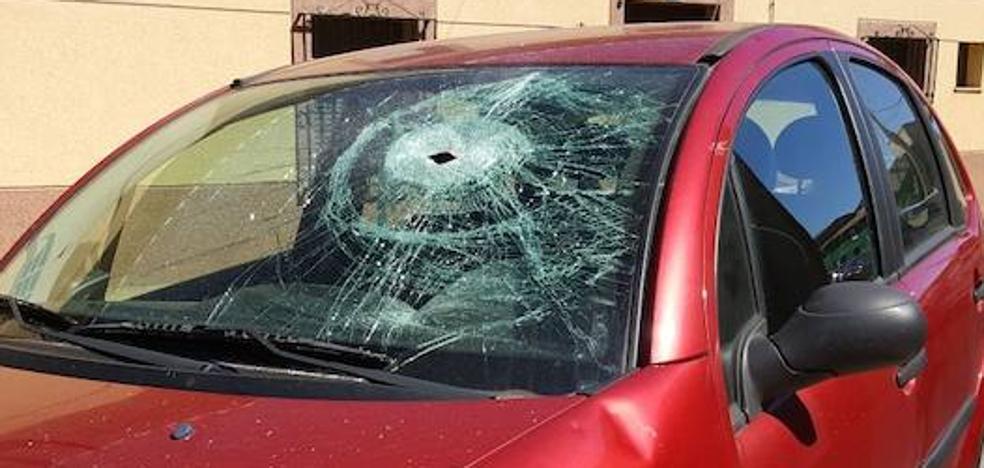 Agreden a una mujer y atacan su coche con un hacha en Pajares de los Oteros