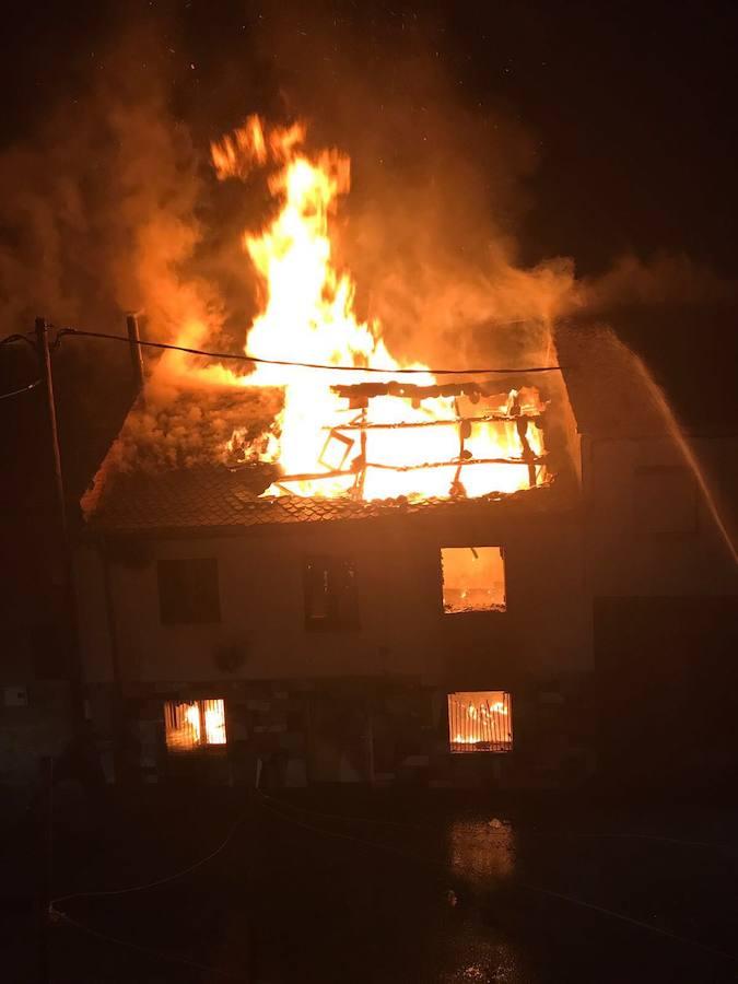 Un fuego calcina una casa en Quintana de Fuseros