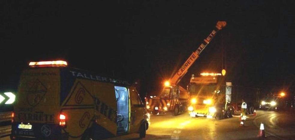 Un camión pierde la carga y corta cinco horas dos carriles en el puerto de Pajares