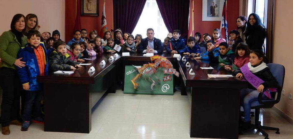 Entrega de material escolar gratis para un centenar familias del Ayuntamiento