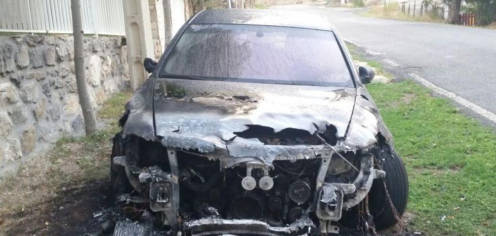 Incendian el coche de un miembro de la junta vecinal de Pinos