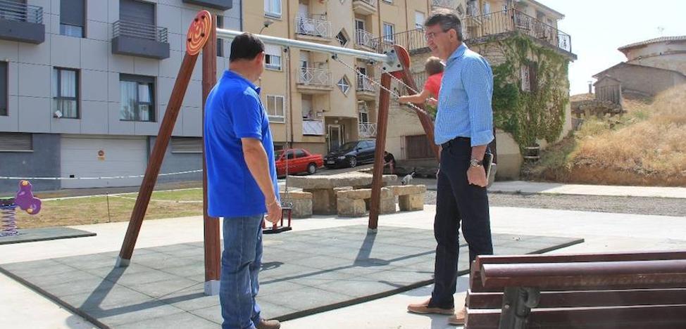 El Ayuntamiento de Valencia de Don Juan instala dos nuevos parques infantiles