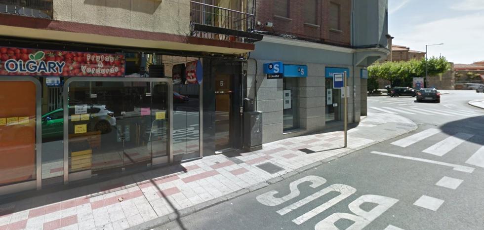 Un turismo atropella a una mujer en la plaza del Espolón