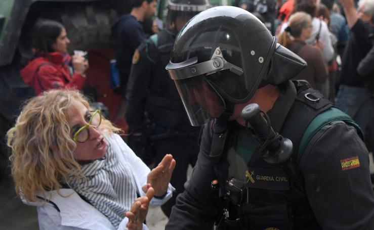 Los enfrentamientos entre la Policía y la gente concentrada, en imágenes