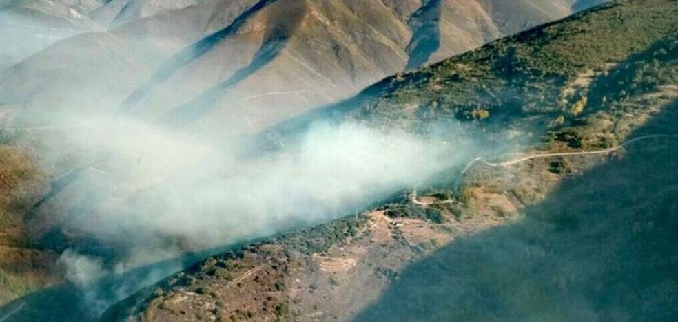 Numerosos medios trabajan en la extinción de dos incendios en Llamas de Cabrera y Vega de Valcarce