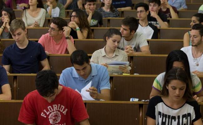 70.000 universitarios se quedan sin beca o la ven reducida por la exigencia de notas más altas
