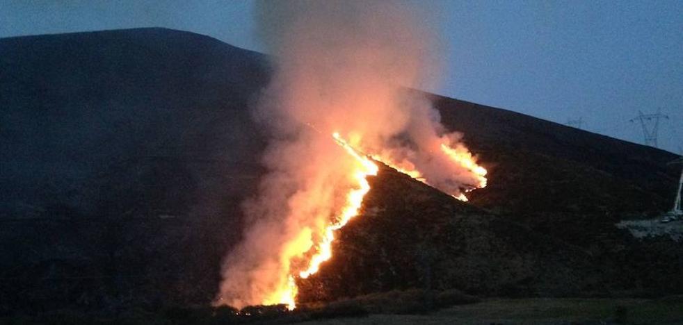 El incendio de Busdongo se reaviva y varias unidades trabajan por sofocarlo