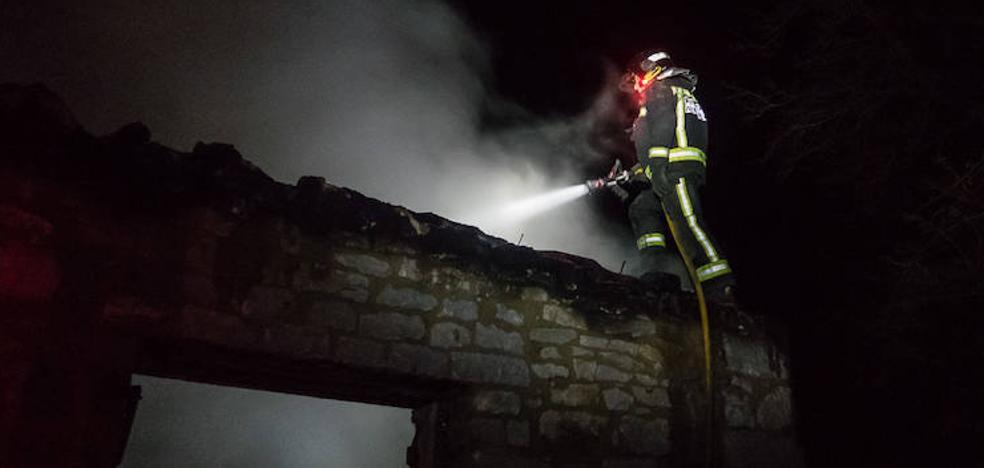 Un virulento fuego en una vivienda en Valdoré obliga a intervenir a los Bomberos de León