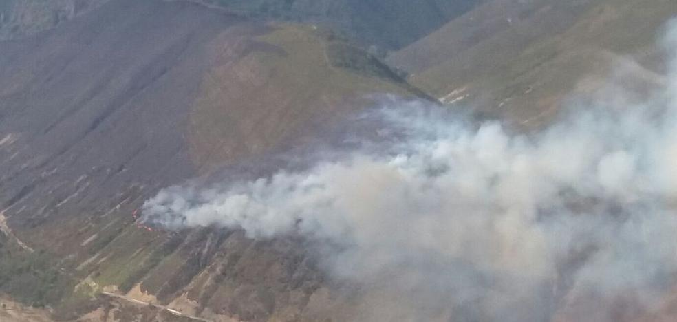 Sigue activo el incendio de Matalavilla, que afecta a una zona de osos