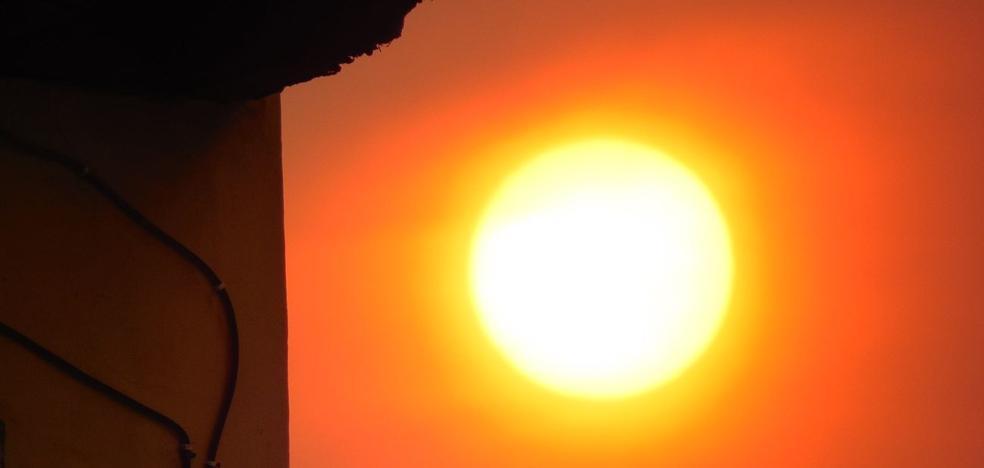 El humo de los incendios de Galicia cubre León y deja una imagen única con un 'sol rojo'