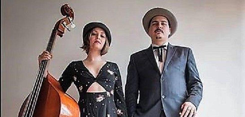El dúo 'Blue Moon Marquee' ofrece su actuación 'Gypsi Blues' en el Albeitar