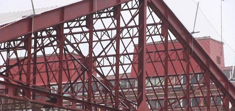 Avanza el desmontaje de la marquesina de la antigua estación con la retirada del tejado