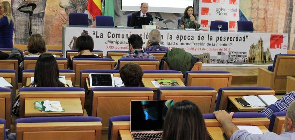 Profesionales de la comunicación debaten en la Universidad de León sobre la posverdad