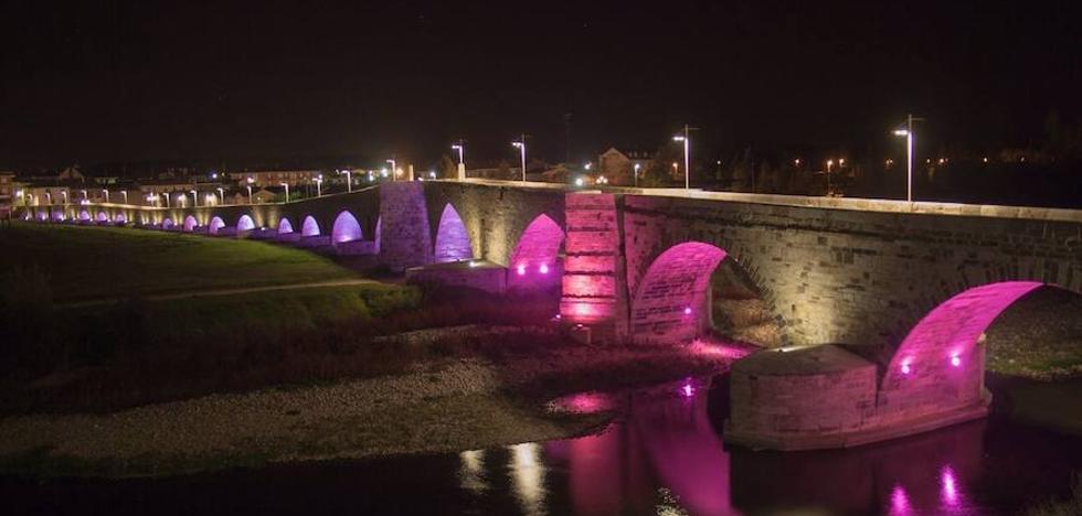 El puente de Hospital de Órbigo se suma al rosa