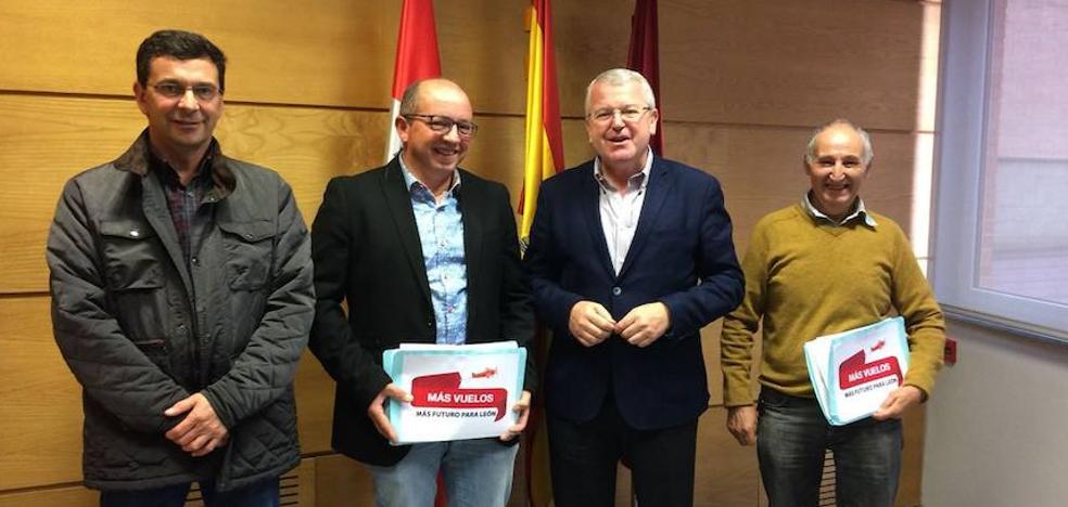 Los parlamentarios del PP de León reciben a la plataforma 'Más vuelos. Más futuro para León'