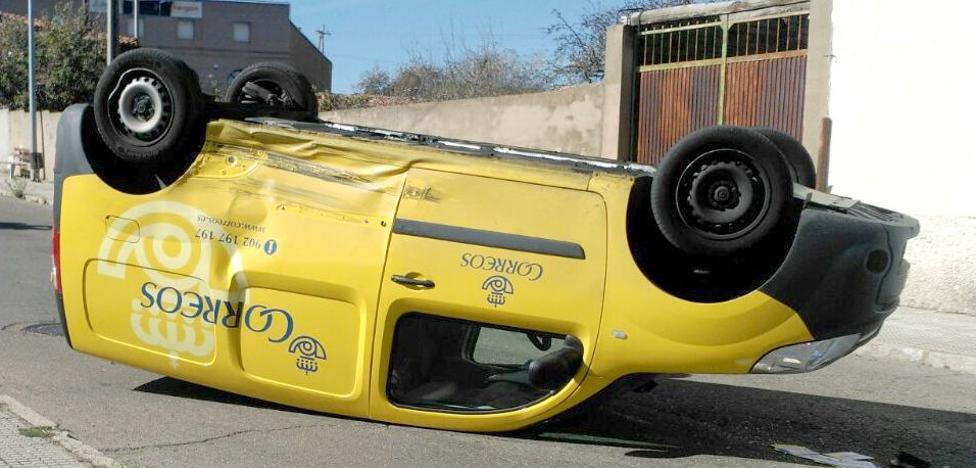 Un espectacular accidente acaba con una furgoneta volcada y sin heridos