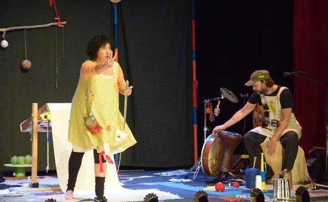 Los más pequeños disfrutan y aprenden en el Teatro con 'Retahilando'